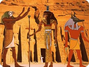 Deuses egípcios: metade homem e cabeça de animal (antropozoomorfismo) e formato humano (antropomorfismo)