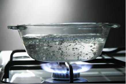 O produto iônico da água aumenta com o aumento de sua temperatura