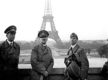 Hitler (centro) posando junto à Torre Eiffel (fundo): a conquista alemã na França.