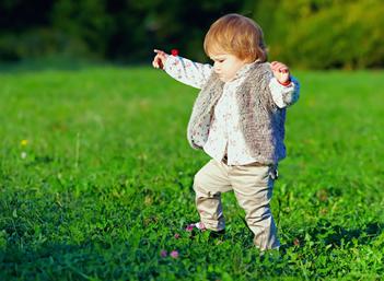 A criança pisa a grama ou na grama? Essa é uma questão que tem gerado controvérsias, por isso é importante prestar atenção