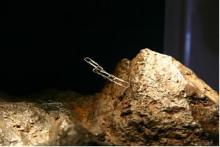 A magnetita (tetróxido de triferro) é um óxido duplo que age como um ímã natural.