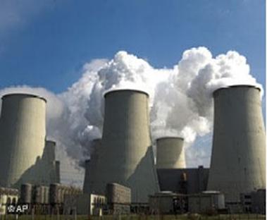 Vista frontal de uma usina termelétrica.