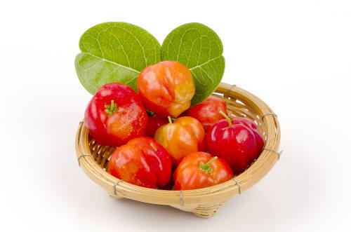 A acerola é um fruto rico em vitamina C e ajuda, portanto, na prevenção contra o escorbuto