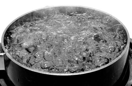 A água ferve em uma maior temperatura quando contém soluto