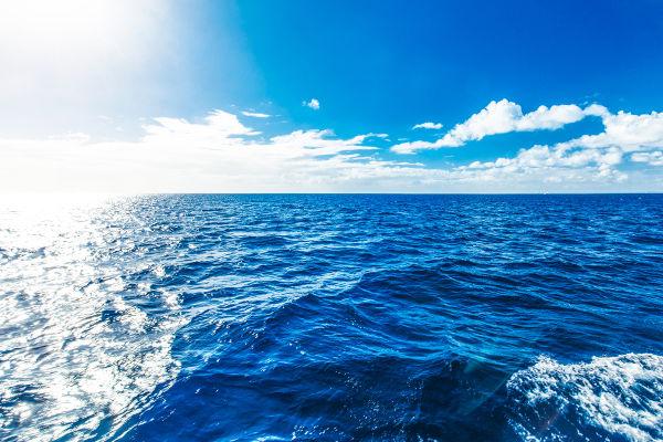 A água do mar assume tons azulados por causa do espalhamento dos comprimentos de onda mais curtos que ocorre nesse meio.