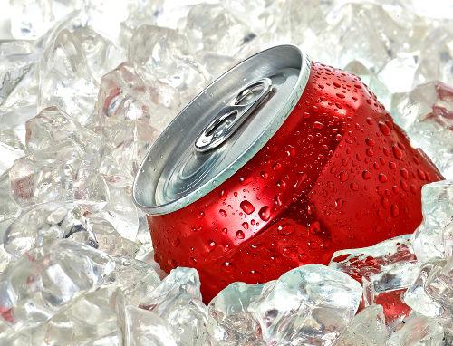 A água do refrigerante não congela quando resfriada por causa da crioscopia