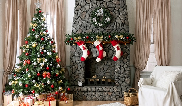 A árvore enfeitada e a guirlanda são exemplos de símbolos natalinos