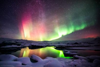 A aurora boreal surge em razão da força magnética que atua sobre as partículas provenientes do Sol