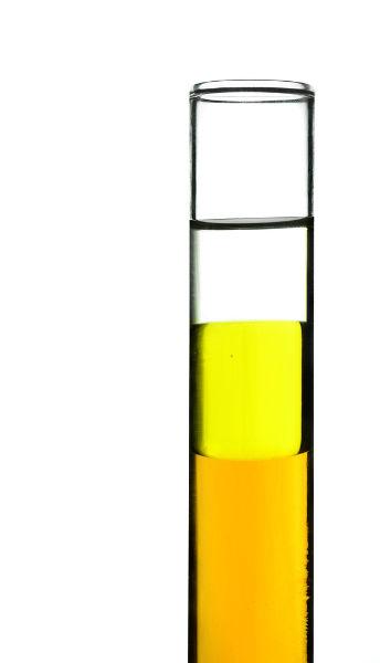 A camada de líquidos é formada em razão das diferentes densidades do etanol, óleo e água