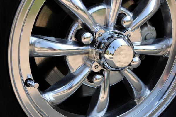 A cromagem de uma roda é um exemplo de aplicação da eletrólise.