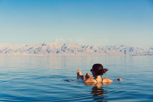 A densidade do Mar Morto é ligeiramente maior que a densidade do corpo humano, por isso não conseguimos afundar em suas águas.