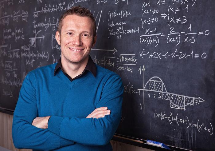 A divisão de polinômios requer a divisão entre números reais e entre frações de mesma base