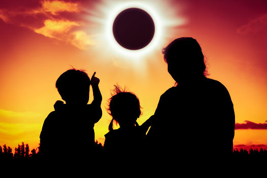 A figura acima mostra um eclipse solar, no qual a lua bloqueia a luz emitida pelo sol.