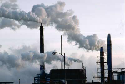 A fumaça (gases e partículas aquecidos) que sai de uma chaminé tende a subir, pois é menos densa do que a atmosfera naquele local