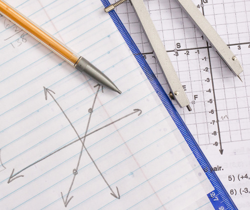 A interseção entre retas é o ponto de encontro desses elementos e pode ser representada em gráfico