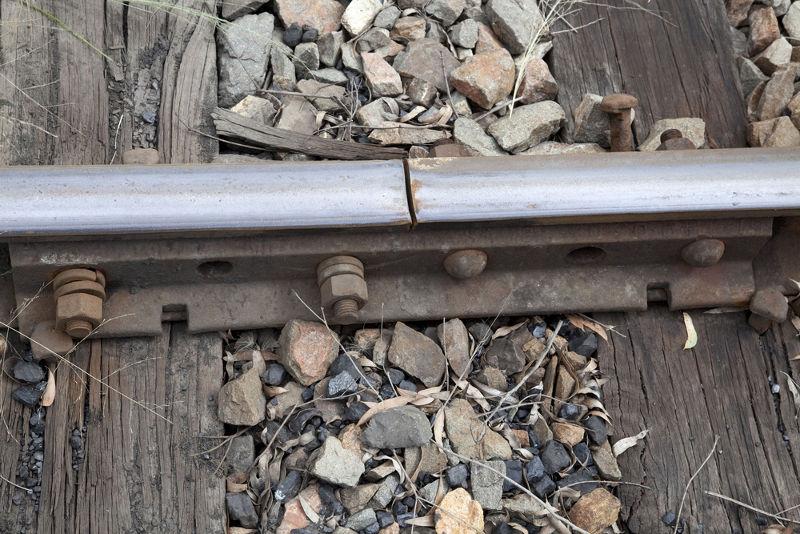 A junta de dilatação nos trilhos do trem impede que eles sejam danificados quando ocorrem variações de temperatura