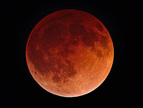 A Lua é a principal responsável pela movimentação das águas de mares e oceanos na superfície terrestre