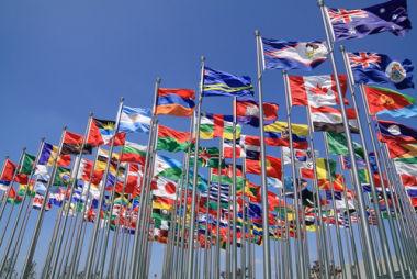 A maioria dos Estados ergue suas bandeiras sob o signo de múltiplas nações
