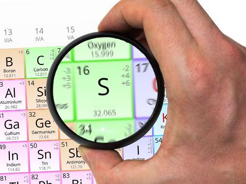 A massa molar do enxofre é 32,1 e é igual à massa atômica presente na Tabela Periódica