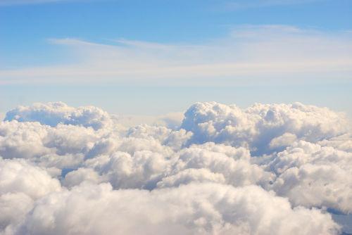 A massa de uma nuvem é determinada pela densidade e pelo volume da água que a constitui