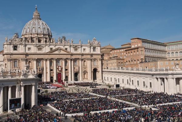 A Missa do Galo realizada pelo papa no Vaticano é transmitida internacionalmente e é acompanhada por milhões de pessoas.*