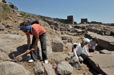 A principal atividade do arqueólogo é procurar vestígios que indicam a presença humana em determinado local.*