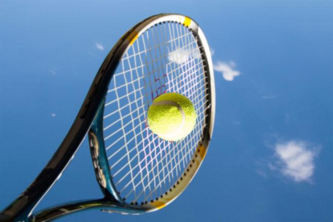 A raquete utilizada no tênis transfere uma quantidade de movimento para a bola por meio da aplicação de um impulso.