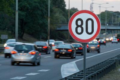 A sinalização mostrada acima indica que os carros que passam por ali devem deslocar-se, em média, um máximo de 80 quilômetros a cada hora