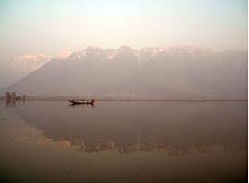 A superfície ar-água de um lago e a água parada formam um dioptro plano