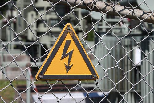 A tensão elétrica é a diferença de energia entre dois pontos e gera corrente elétrica