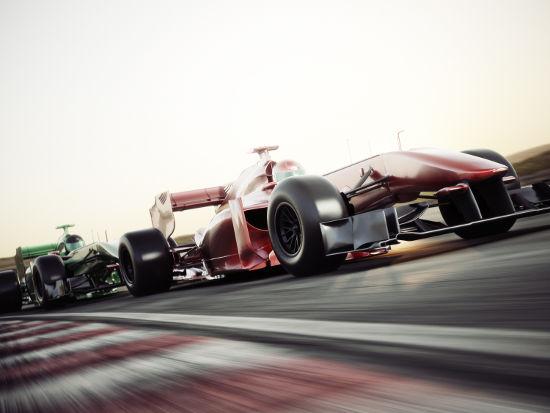 A variação no som dos carros de Fórmula 1, mais agudos no início e depois mais graves, decorre do efeito Doppler