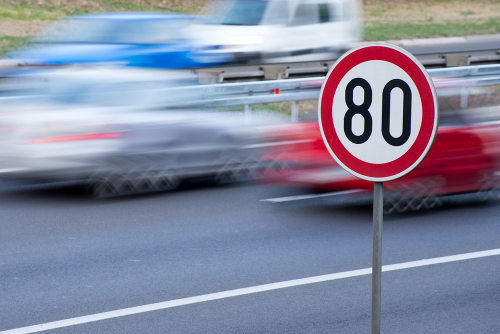 A velocidade e o tempo são grandezas proporcionais cujas medidas podem ser obtidas por regra de três