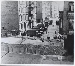 Remoção de mobiliário nas imediações do Muro de Berlim.*