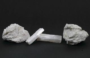 Tipos diferentes de pedras de gipsita, o sulfato de cálcio di-hidratado que é a matéria-prima do gesso