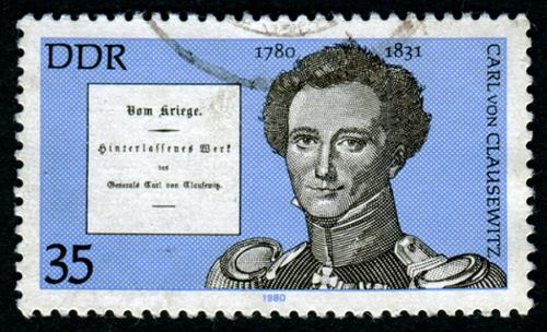 """Selo com imagem de Carl Von Clausewitz e, em detalhe, a página de rosto de sua obra """"Sobre a Guerra (Vom Kriege) *"""