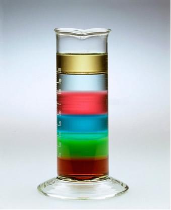 A diferença de densidade é a propriedade que mantém os líquidos da figura separados