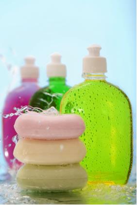 Os sabonetes, xampus, sabões e detergentes possuem moléculas com estruturas similares, que são capazes de interagir com a água e com a gordura