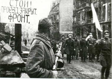 Acima, oficiais alemães dirigindo-se para negociações com os soviéticos em Breslau, Polônia