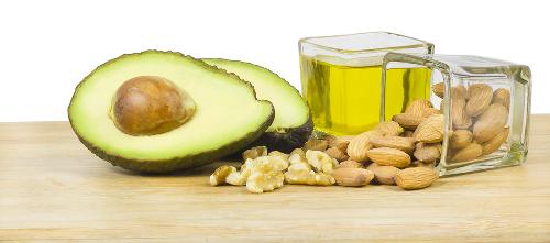 Abacate, óleo e castanhas são exemplos de alimentos que possuem ácidos graxos