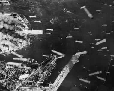 Acima, imagem aérea de bombas incendiárias atingindo o litoral de Osaka, Japão, 1945.