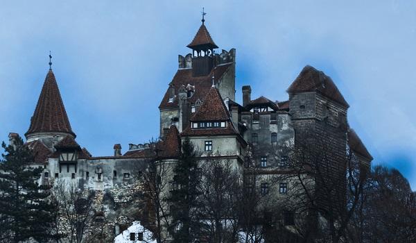 Acima, imagem do Castelo de Vlad III, na Romênia