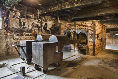 Acima, imagem de fornos crematórios de corpos em um dos campos de concentração nazistas