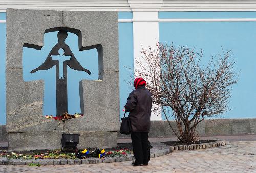 Acima, monumento dedicado aos mortos no genocídio stalinista contra os ucranianos *