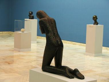 Acima, no centro, escultura de Constantin Brancusi *