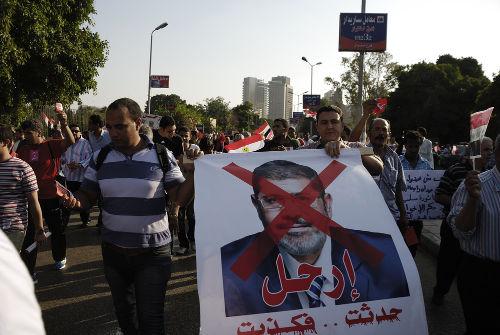 Acima, protesto no Egito contra o presidente Morsi, representante da Irmandade Muçulmana