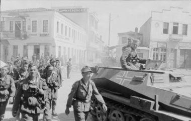 Acima, soldados alemães marchando sobre o território grego ocupado em 1941
