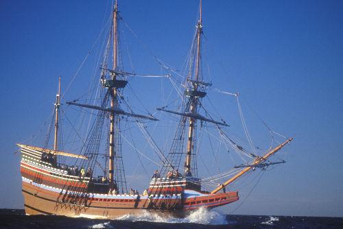 Acima, uma réplica do navio Mayflower, usado pelos peregrinos puritanos para fugir da Inglaterra
