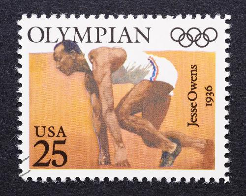 Acima, o velocista estadunidense Jesse Owens nas Olimpíadas de 1936, em Berlim *