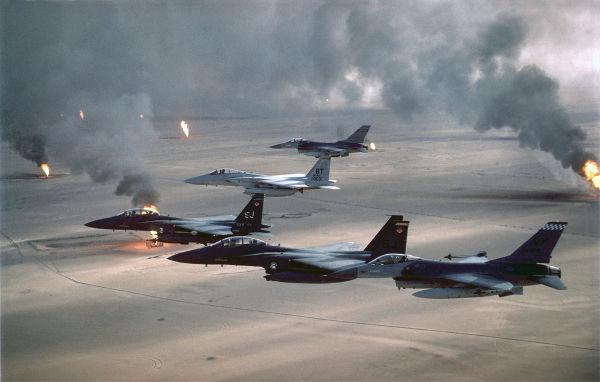 Aeronaves americanas monitorando poços de petróleo no Kuwait incendiados por iraquianos na guerra