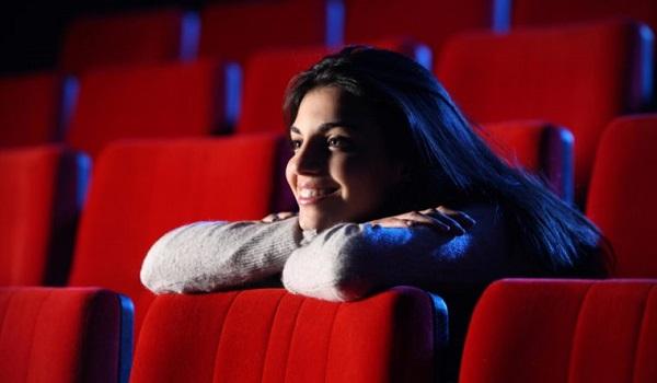 Além de diversão, assistir a filmes nas férias pode favorecer o contato com os estudos